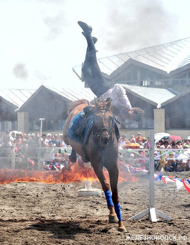Вверх ногами на лошади через огненный барьер